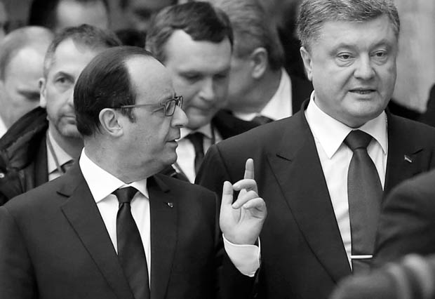 Ukraine's President Petro Poroshenko (R) and France's President Francois Hollande (L, front) speak while walking during peace talks in Minsk, February 11, 2015. The leaders of France, Germany, Russia and Ukraine began peace talks in Belarus on Wednesday, while in Ukraine pro-Moscow separatists tightened the pressure on Kiev by launching some of the war's worst fighting. REUTERS/Vasily Fedosenko (BELARUS - Tags: POLITICS CIVIL UNREST CONFLICT)